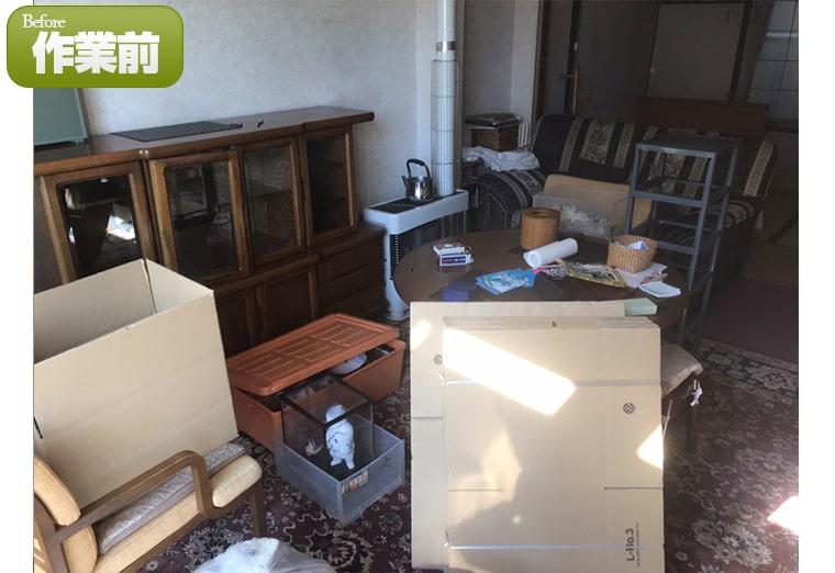 棚やイスなど多くの残置物が残されている